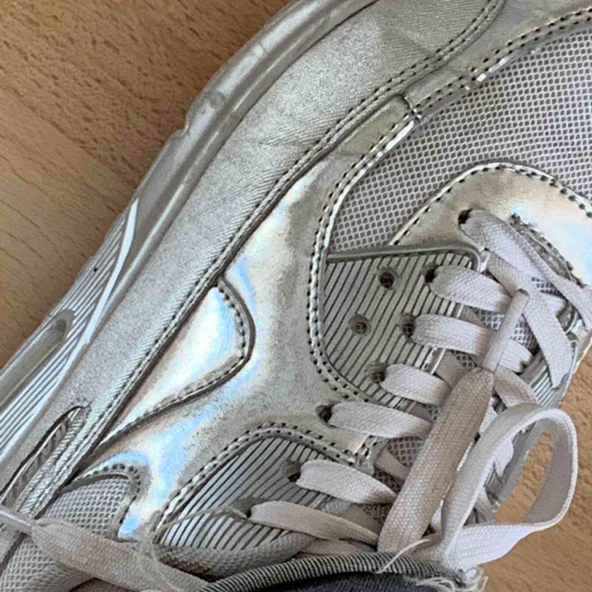 Skit snygga silver rapter sneakers! Bra skick inköp ca:400, tar emot swish och fraktar!💗. Skor.
