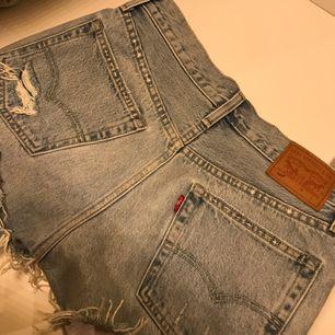 Sjukt snygga Levi's jeansshorts. Aldrig använda utav mig, men fått dem av en kompis. Fraktar eller möts upp