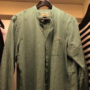 Oversized skjorta köpt på second hand , använd endast 1 gång utav mig. Fraktar eller möts upp