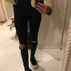 Skinny jeans från hollister! Mjukt jeans material.Dem har lite svag vit färg på sig, men inget man ser jätte tydligen (där av det billiga priset)💜💚💕💕😉