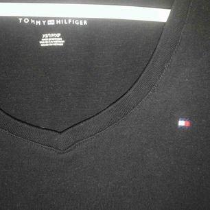 Super fin Tommy hilfigher t-shirt. Stretchigt och mjukt material. Säljer då jag inte gillar V ringade tröjor så mycket och den kommer inte till användning. 🥰