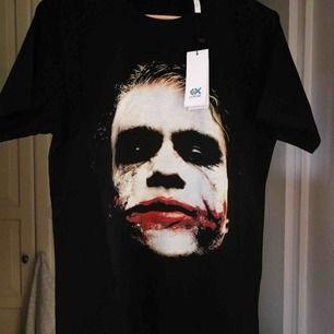 Oanvänd t-shirt av skön och tjock bomull, med avbilden på Jokern från Batman.