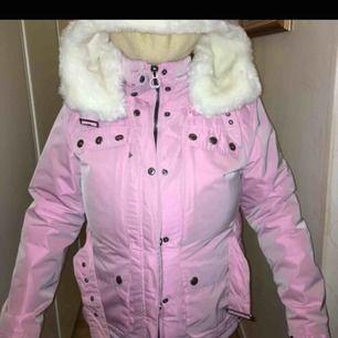 Morsan fick denna i present i Tyskland, men använt enbart en gång eftersom hon inte gillade stilen på den. Kostade som ny 400 euro. Färgen är lite skimrande rosa.