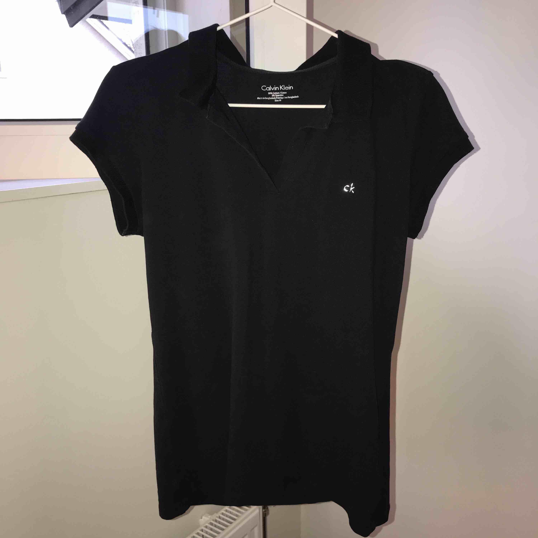 Svart piké från Calvin Klein, Storlek M, Knappt använd, nypris 500kr, köparen står för frakt. T-shirts.