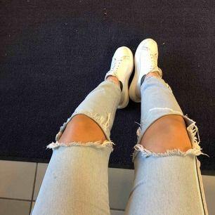 Jeans från zara, storlek 40 men passar på mig som vanligtvis har 36😊💘💘 Frakten kostar 55kr