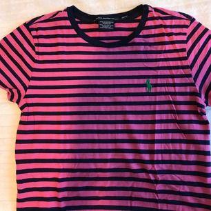 Rosa/marinblå randig t-shirt från Ralph Lauren i storlek XS!Använd fåtal gånger och köparen står för frakten😊
