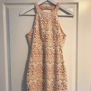 En superfin rosa/vit spetsklänning ifrån Hollister! Sitter jättefint på med en fin urringning i ryggen🤩Den passar även som XS och mindre M🙂