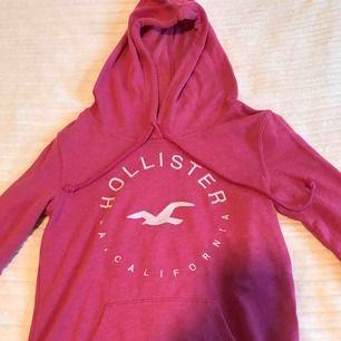 Knallrosa hoodie ifrån Hollister i storlek S! Passar även XS🙂