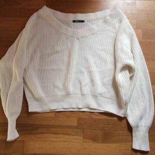 Vit stickad Vringad tröja från Gina Tricot. Storlek L. Köpt här på plick men passade tyvärr inte. Frakt: 59 kr i postens påse 🌸