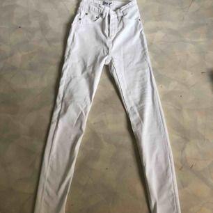 Från lager 157. Högmidjade taighta jeans.