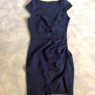 Riktigt fin marinblå klänning som tyvärr är för liten för mig. Väldigt fint skick. Och superfin på! Från nelly