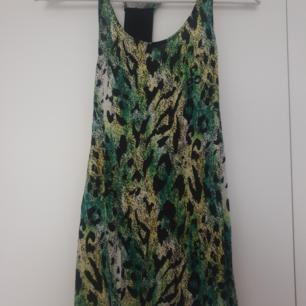 Linne från H&M Storlek: 38 Färg: leopard mönstrat i grönt,svart,gult,vitt. Knappt använd som ny! Köparen betalar frakten. Samfraktar gärna med mina andra kläder som jag säljer. Har swich