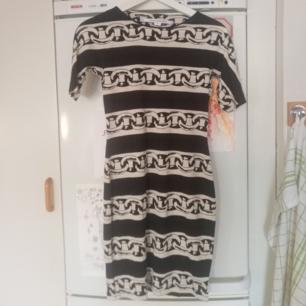 Klänning från Diane von Furstenberg, är i mycket fint skick. Den sitter väldigt tight så man får en fin figur. Kan mötas upp i Stockholm eller frakta men då tillkommer frakt på 50 kr. Den passar en XS, tror inte att en S får plats i den i och med att den är så tight.