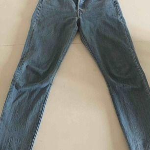 Jättefina byxor jeans Levis 501  W25L28