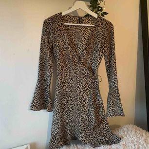 Skitsnygg klänning/ kofta i leopardmönster med snörning i sidan🐆