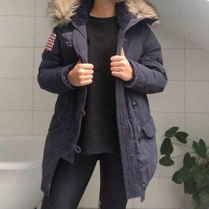 En mörkblå vinterjacka från Denim & Supply av Ralph Lauren. Fakepäls i kragen och väldigt fodrad och varm! Perfekt nu till vintern.