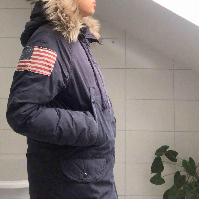 En mörkblå vinterjacka från Denim & Supply av Ralph Lauren. Fakepäls i kragen och väldigt fodrad och varm! Perfekt nu till vintern. . Jackor.