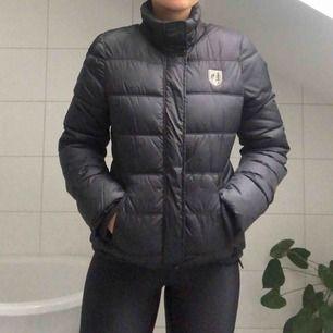 En svart fodrad vinterjacka från American Eagle Outfitters. Jätteskön och snygg jacka som passar perfekt till Sveriges vintermånader.