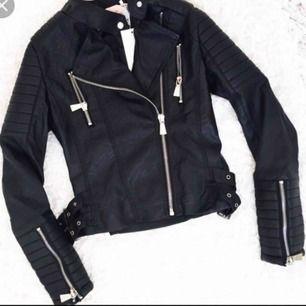 Lånade bilder Säljer nu min moto jacket från chiquelle, själva tyget inne har spruckit vid armhålan men nog lätt att sy ihop. Annars är den i superbra skick, inte mycket använd. Storlek - 36/S Köpt för 699kr kan skickas mot fraktkostnad
