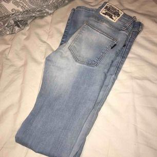 säljer mina crocker jeans i storlek 25/32, hit low så låg midja. så otroligt snygga jeans men dom är tyvärr för små för mig. bra skick. nypris ca 600kr, säljer dom för 200kr eller bud. Kan skickas mot fraktkostnad