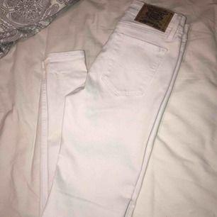 Säljer mina vita crocker jeans som aldrig är använda, superfint skick, i storlek 28/32, nypris ca 600kr, mitt pris är 250kr eller bud. Kan skickas mot fraktkostnad