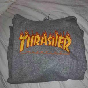 En äkta grå Thrasher hoodie från Junkyard som är som ny (inga fläckar eller hål) ⛓ frakten ligger på 79kr eller 105kr