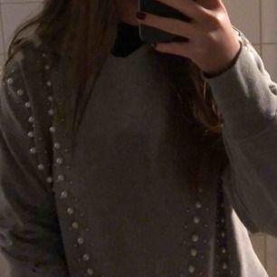 en välanvänd hoodie från bershka som tyvärr inte passar/kommer till användning längre :(✨