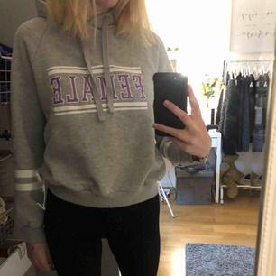 En jättefin hoodie som är använd men ändå i väldigt fint skick. Storlek m men skulle säga att den passar en xs/s