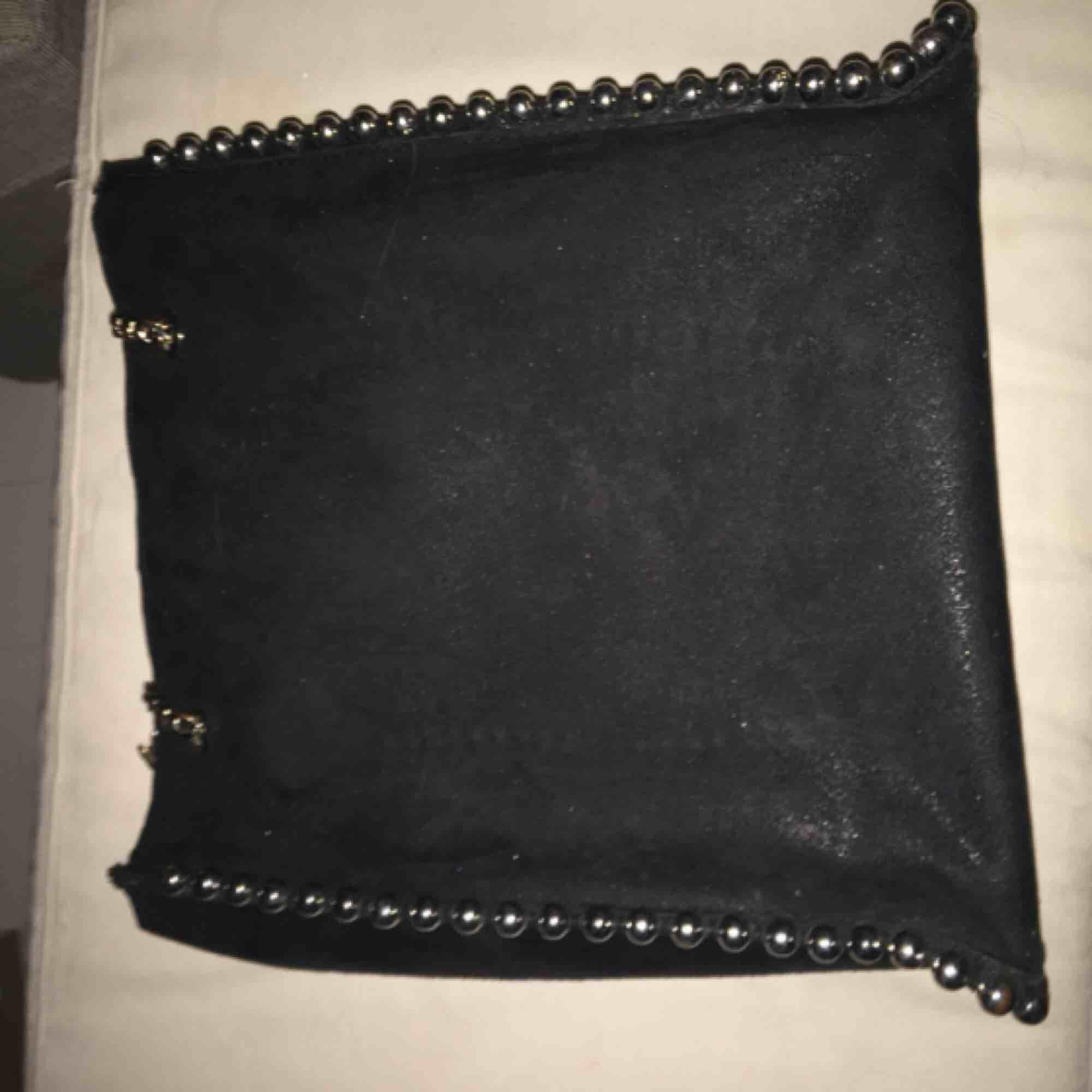 Mycket fin svart fake läder väska från Zara. Vissa av de silvriga kulorna är lite missfärgade samt kedjan. . Väskor.