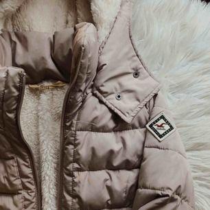 världens skönaste vinterjacka från Hollister! Säljer då den är för liten för mig, Frakten bjuder jag på :)