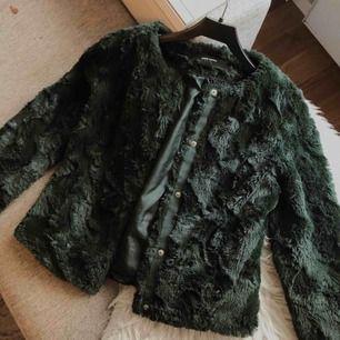 mörkgrön fuskpäls från Vero Moda. Frakten är inräknad i priset!