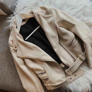 skitsnygg beige bikerjacka från Zara! Som ny! Frakten inräknad i priset!