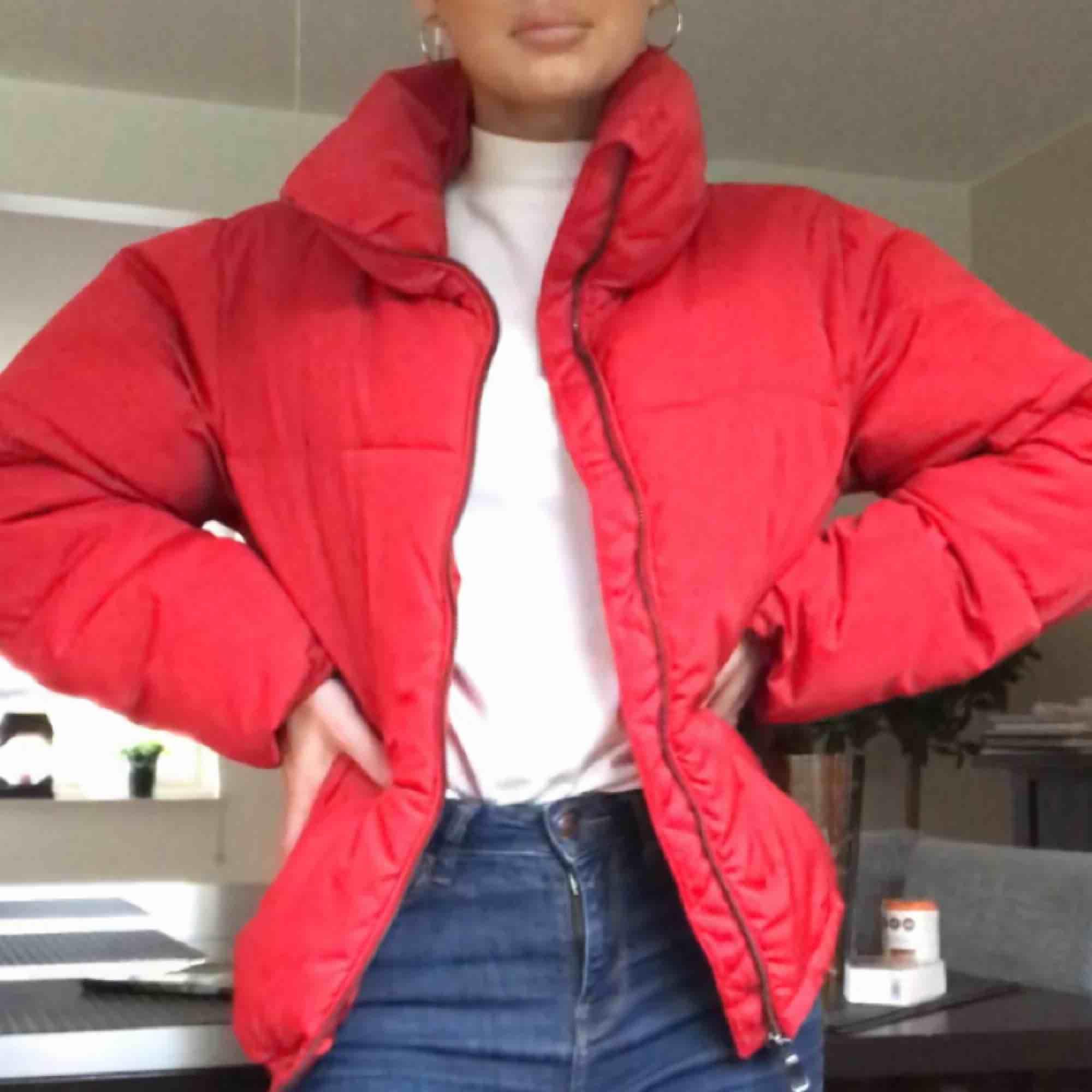 En mycket varm och mysig jacka från BikBok. Använd sparsamt förra vintern men i mycket fint skick.. Jackor.