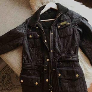 Säljer min Barbour jacka som är nästintill oanvänd! Den är äkta och är i den fodrade modellen. Köpte för 3000kr nypris. Lägg ett bud! Skicka ett meddelande för bättre bilder eller bilder med jackan på!