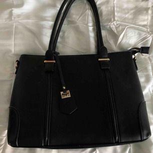 En super snygg svart axel väska. I mycket bra skick och är mellan stor Mycket utrymme!