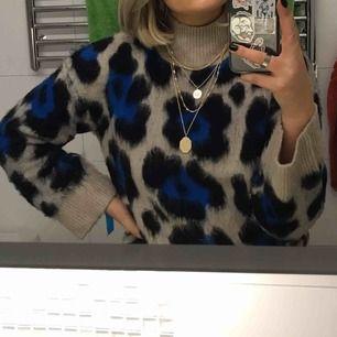 Säljer min superfina leopard tröja! Den är jättemysig och passar perfekt nu till hösten / vintern! Frakt tillkommer 💫⚡️