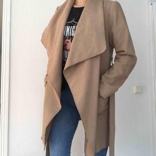 Superfin beige kappa, perfekt nu till hösten/mildare vinter!  Frakt tillkommer om den ska skickas!💗💗