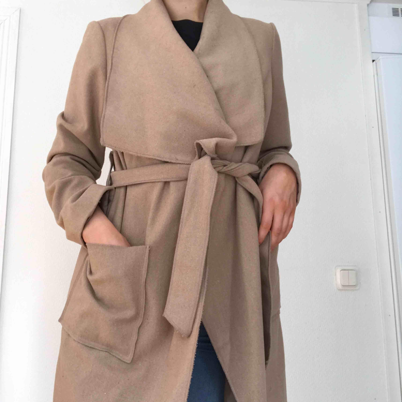 Superfin beige kappa, perfekt nu till hösten/mildare vinter!  Frakt tillkommer om den ska skickas!💗💗. Jackor.