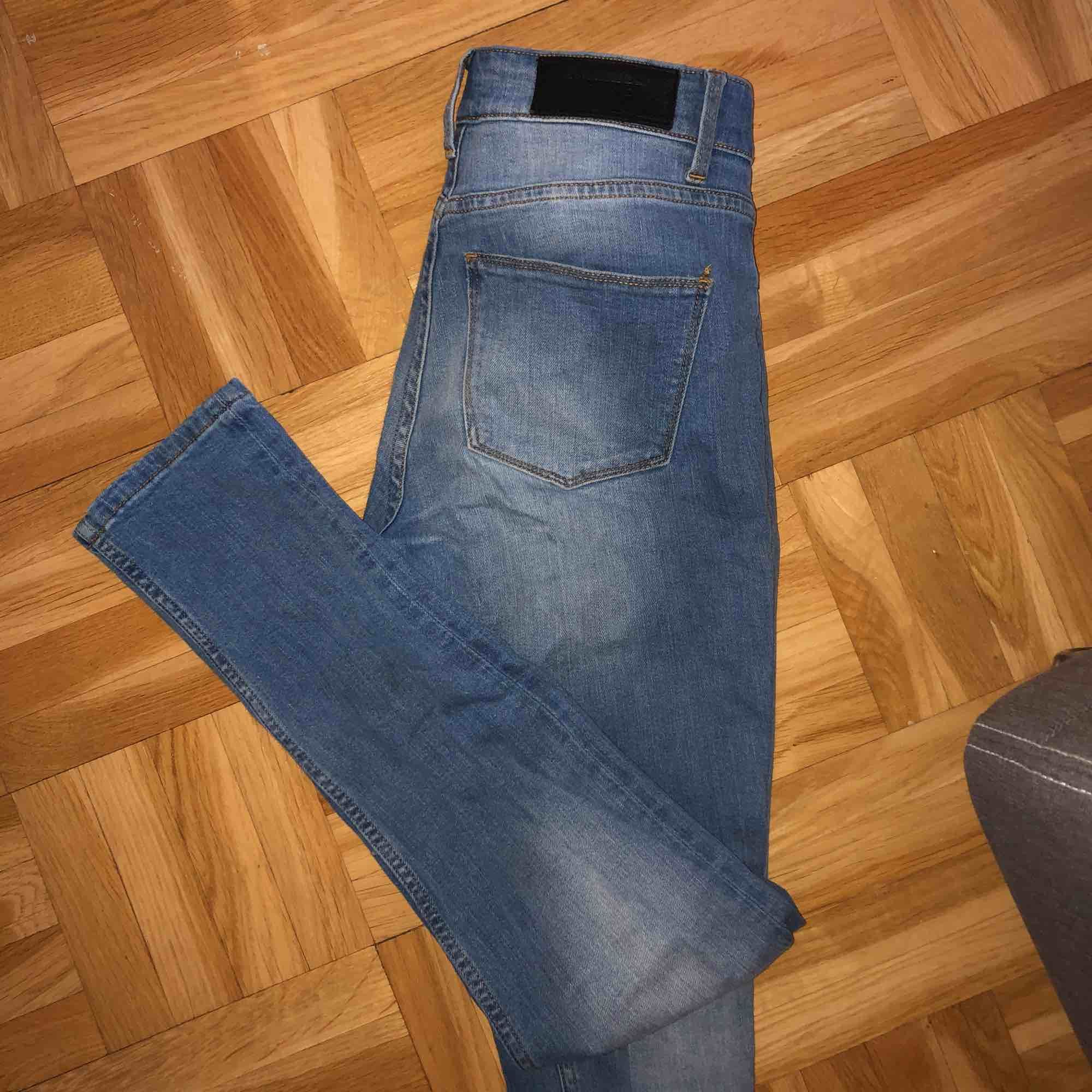 Tajta blåa jeans från Whyred. Jeans & Byxor.