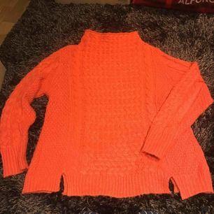 Härlig orange stickad tröja Finns i Nacka