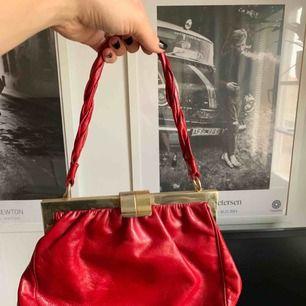 Snygg röd väska i äkta läder. Kan användas över axeln också. Finns att hämta i spånga