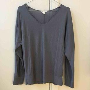 Superfin blågrå tröja i mjukt material. Säljes i nyskick! Kan mötas upp i Sthlm eller posta, pris exkl frakt 🌿