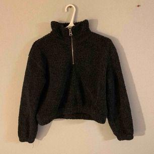 Skit snygg och varm Teddy half-zip från Weekday! Älskar denna men säljer pga den inte kommer till användning längre :/ frakt tillkommer!