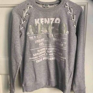 En unik kenzo tröja köpt på nk finns ej längre att köpa. Den har en missfärgning på bokstaven N men annars som ny
