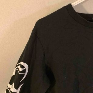 Basic svart sweatshirt med snygg text på ärmarna! Frakt tillkommer✅
