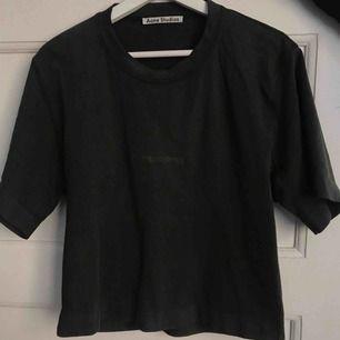 Oanvänd acne t-shirt i färgen mörkgrön. Köpt i acne butiken