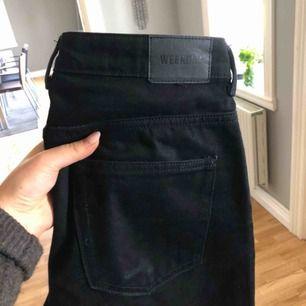Svarta jeans i modellen voyage från weekday säljes. Använda fåtal gånger. Köparen står för frakt.