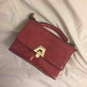 En liten väska från Zara, frakten kommer på 55kr.