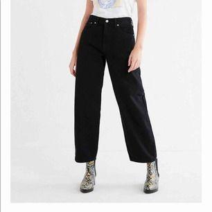 Svarta Levi's jeans i modellen 90s baggy. Måste tyvärr sälja dem eftersom de är för stora för mig😐 I jätte bra skick.  Storlek W:26 L:30.      400kr inklusive frakt