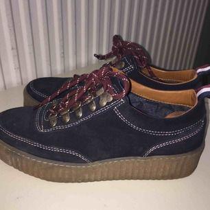 Säljer mina Tommy Hilfiger skor i storlek 38, använt dem ett fåtal gånger så de är i ett riktigt bra skick 🤠🤟🏾 350 kronor + frakt